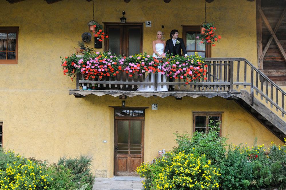 italian wedding couple on a balcony