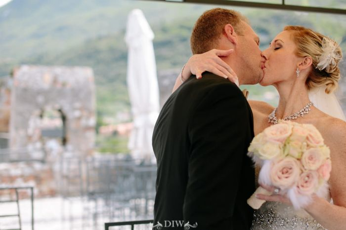 26 Italy wedding ceremony kiss