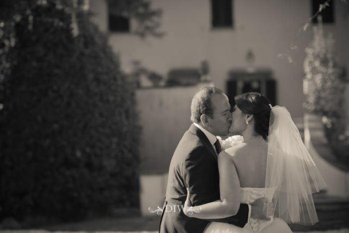 41 Tuscany wedding kiss